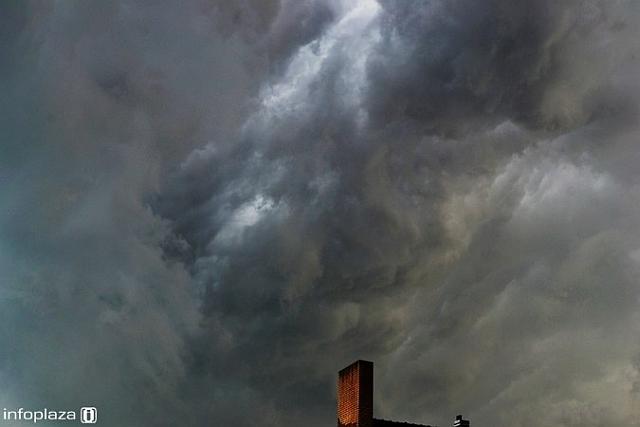 Ook bij Beverwijk (op de foto) en Volendam trokken hoosbuien over met extreme wolken
