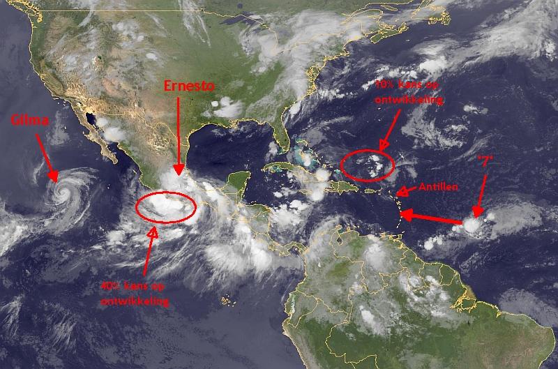 Satellietfoto van vanochtend met alle tropische systemen die om aandacht vragen