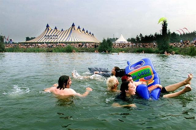 Ook in 2010 was het warm. Gelukkig kon er een verkoelende duik genomen worden.