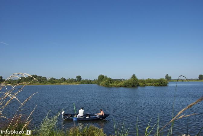 Verkoeling zoeken op het water onder een strak blauwe lucht
