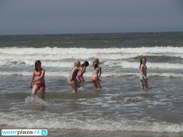 Verkoeling is te vinden in de zee: 15 tot 17 graden