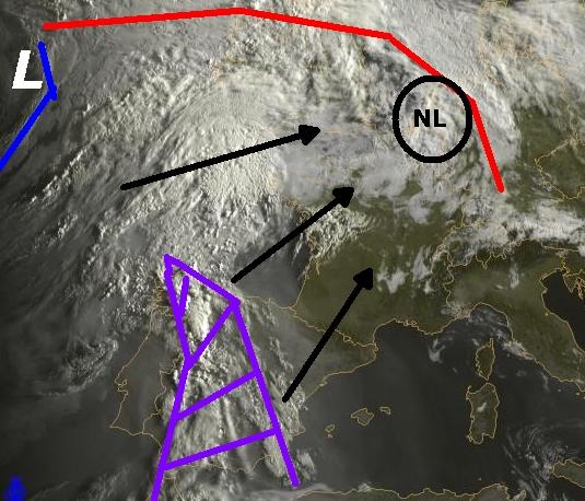 Op de satellietfoto van vanochtend zien we de Spaanse Pluim al boven Spanje liggen (paarse gebied). Deze zone trekt richting Nederland, evenals het koufront op de oceaan (blauwe lijn).